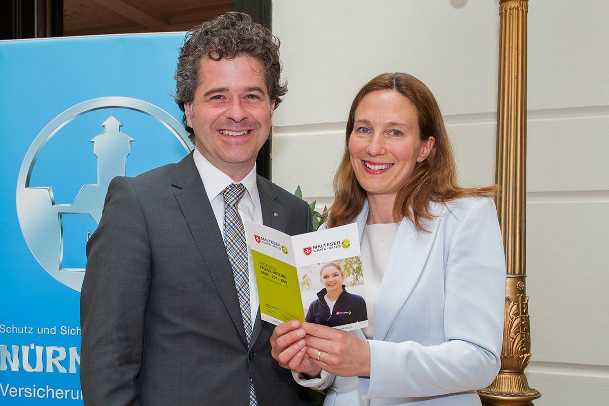 Dr. Philip Steiner, Mitglied des Vorstands der NÜRNBERGER Versicherung AG Österreich mit Natalie Lottersberger, Geschäftsführung Malteser Care-Ring