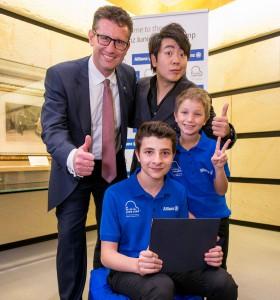 Lang Lang mit Allianz Vorstandsmitglied Mag. Werner Müller und den österreichischen Gewinnerkindern Jakob und Gabriel