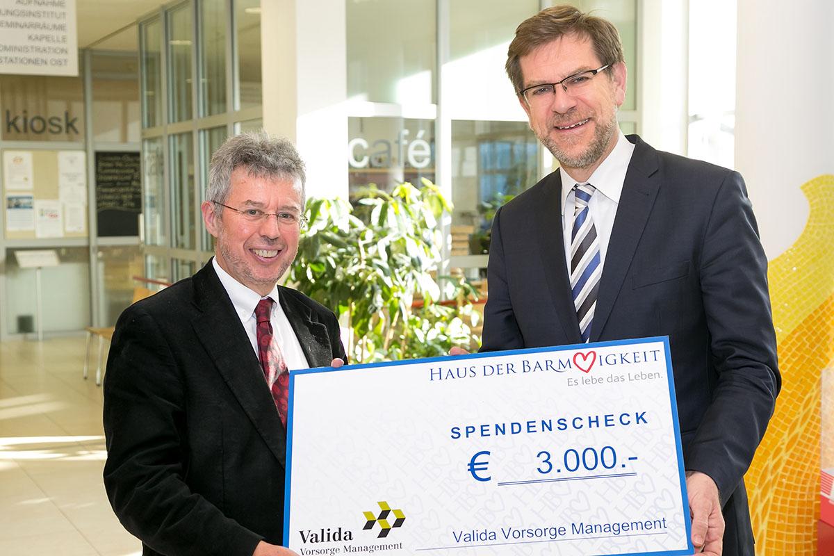 Mag. Andreas Zakostelsky (rechts im Bild) überreicht Prof. Dr. Christoph Gisinger einen Spendenscheck über 3.000,- Euro.