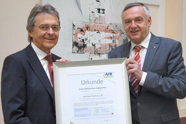 Sparkassen Versicherung bei der Übergabe der Urkunde.